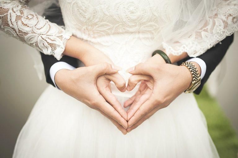 Sposi abbracciati durante il loro matrimonio