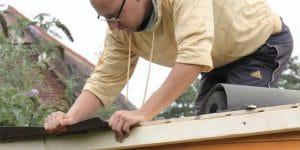 Rifinitura tetto casetta in legno da giardino